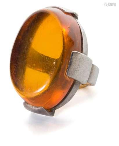 CHRISTIAN FJERDINGSTAD (1891-1968) Cabochon ovale Bague. Argent et ambre. Poids brut : 12,28 g