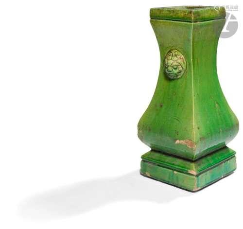 CHINE Époque MING (1368 1644) Vase à panse basse à…