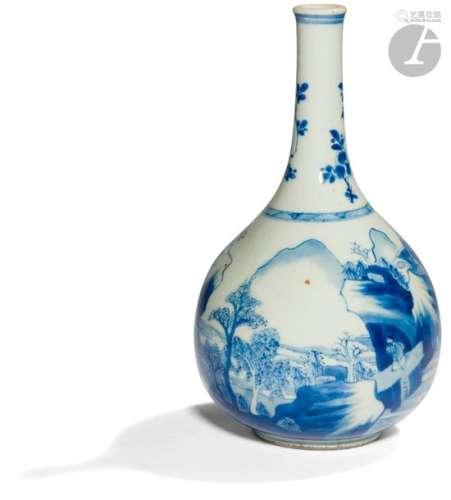 CHINE XVIIe siècle Vase bouteille en porcelaine bl…