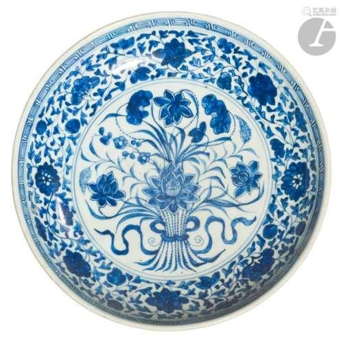CHINE XVIIIe siècle Plat creux en porcelaine blanc…