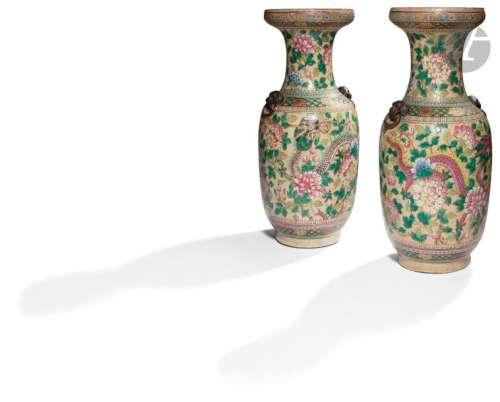 CHINE, Nankin XIXe siècle Paire de vases balustre …