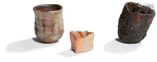 JAPON Vers 1900 Trois raku en grès émaillé gris, b…