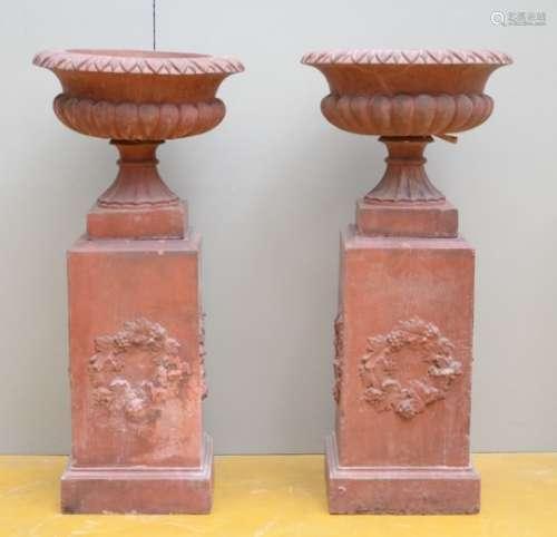 A pair of terra cotta garden vases, 19th century (*) (50x112cm)
