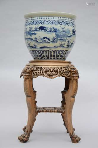 Planter in Chinese blue and white porcelain on a wooden base (36x41cm)