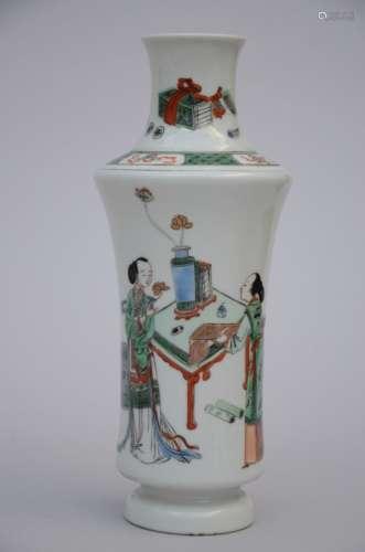 A vase in Chinese famille verte porcelain 'musicians' (*) (25cm)