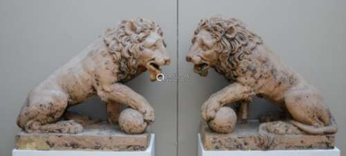 A pair of large terra cotta lions, 18th century (*) (36x75x73cm)