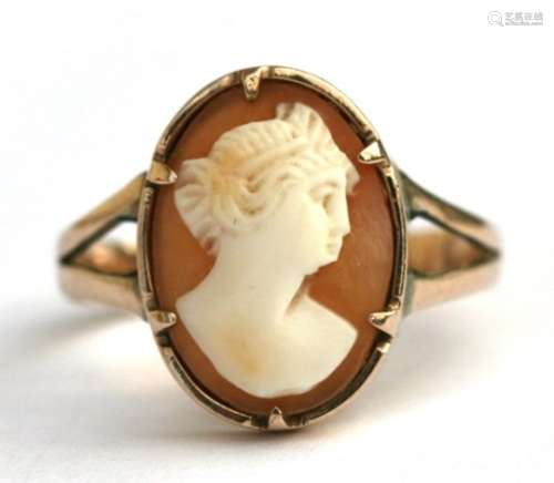 A 9ct gold cameo ring, approx UK size 'P'.