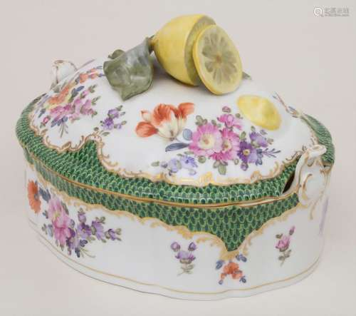 Terrine mit Zitronenknauf / A covered tureen with …