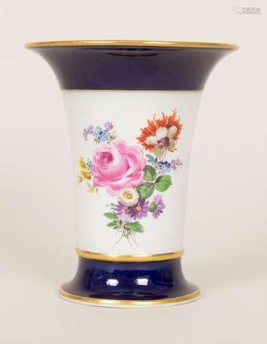 Kratervase mit Blumenbouquets / A vase with flower…