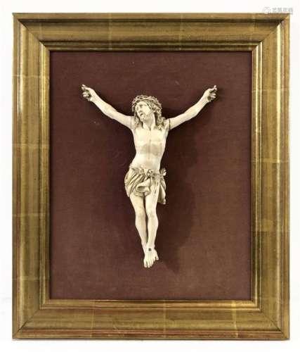 Christ en ivoire, couronné d'épines, le perizonium…