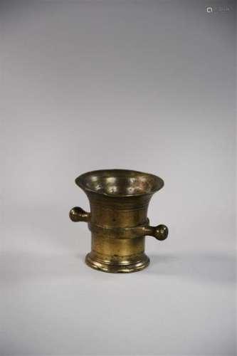 Mortier en bronze à col évasé et gravé de filets F…