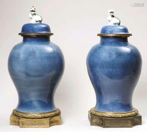Paire de vases couverts en porcelaine à émail bleu…