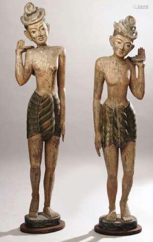 Paire de statues en bois laqué présentant des port…