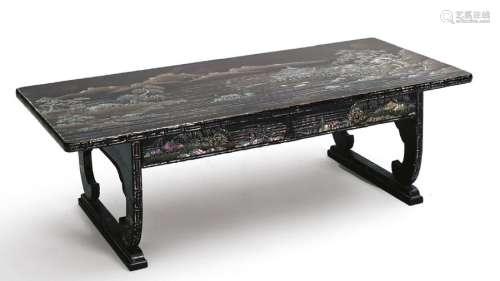 Table basse en laque noir à décor Aogaï d'une cité…