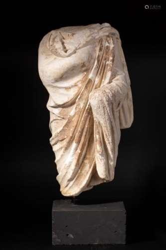 Sculpture acéphale représentant un sénateur, le br…