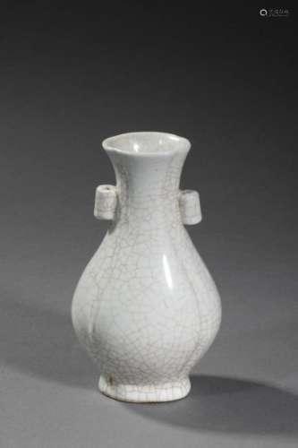 CHINE, début Xxème siècle. Vase en porcelaine craq…