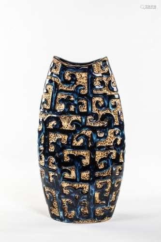 CHINE,XXème siècle. Vase ovoïde en céramique émail…