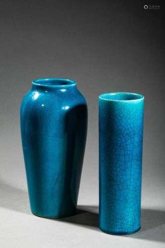 CHINE, XXème siècle. Deux vases en porcelaine émai…