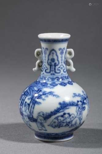 CHINE, Xxème siècle, Petit vase en porcelaine à dé…