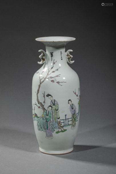CHINE, XXème siècle. Marque au revers. Vase balust…