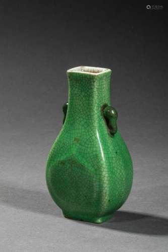 CHINE, vase vert à anse en forme de têtes d'élépha…