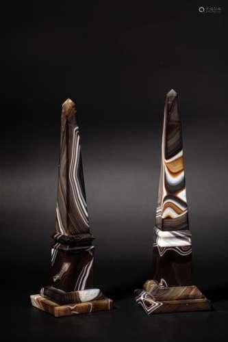 Paire d'Obélisques en agate Sardoine taillée, pose…