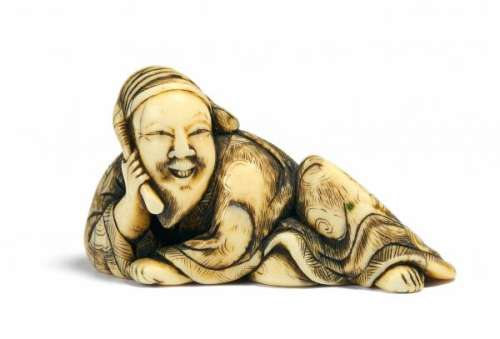 NETSUKE OF THE CHINESE POET RIHAKU WITH BRUSH. Japan. 18th c. Ivory, engravings [...]
