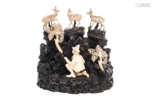 Chasseur et chamois en ivoire, travail de la Forêt Noire - Travail dit de la Forêt [...]