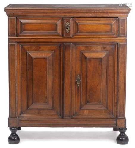 Buffet Renaissance ouvrant à deux tiroirs et deux portes sur pieds boule - Buffet [...]