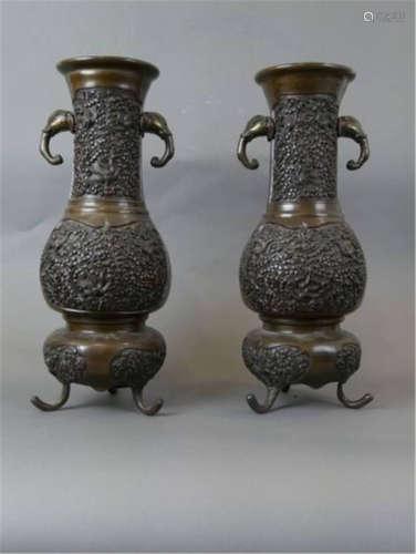 CHINE XIXème Paire de vases balustre tripodes en b…