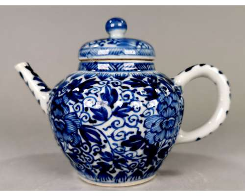CHINESE BLUE AND WHITE PORCELAIN TEAPOT, QING DYNASTY. SUPERB CONDITION. PROVENANCE: PRIVATE DUTCH ESTATE COLLECTION.