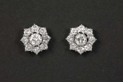 Paar oorbellen in witgoud (18 karaat) met een entr…