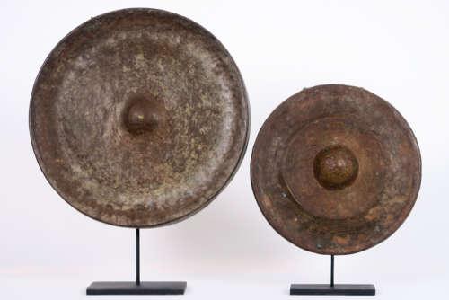VIETNAM 18° EEUW lot van twee gongen in brons met …