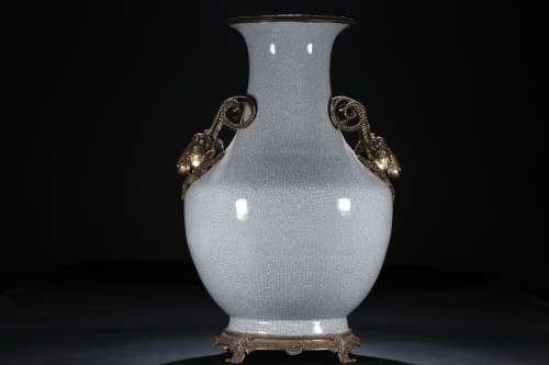 A Chinese Ge-Type Glazed Porcelain Vase