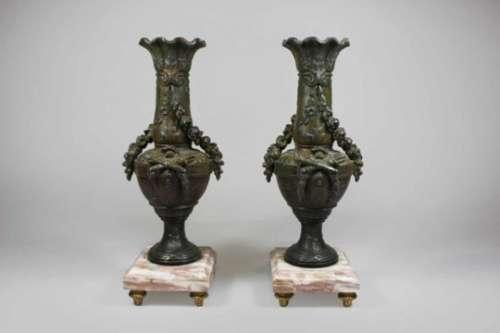 Paar Bronze Vasen auf Marmorsockel montiert, auf vier Füßen, Blumengirlanden Dekor, wohl