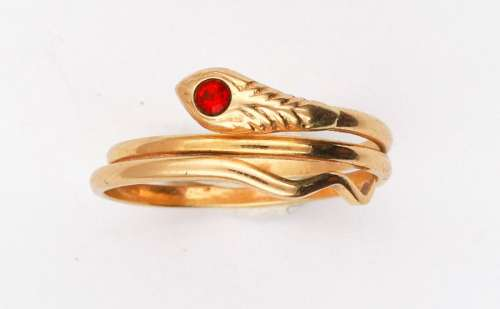 Gold snake ring set with a red stone Gross weight:…