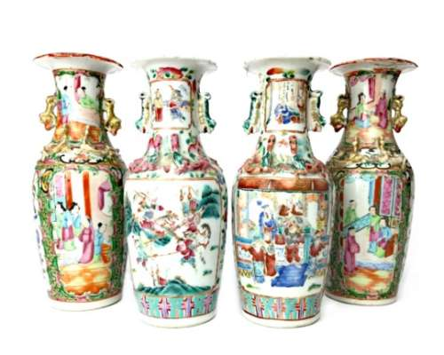A PAIR OF EARLY 20TH CENTURY FAMILLE ROSE VASES