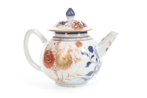 A 19TH CENTURY CHINESE PORCELAIN TEA POT