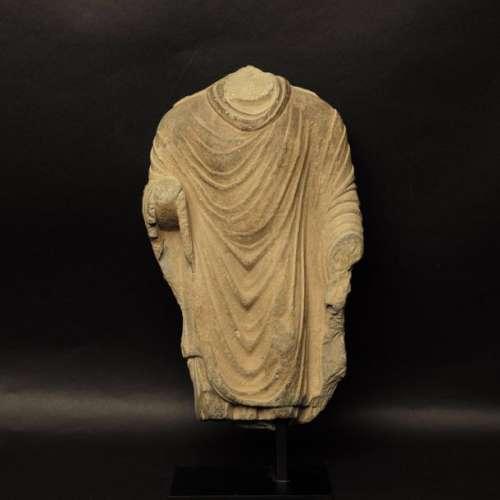 Torse de Bouddha au beau drapé Art gréco-bouddhique du Ghandara