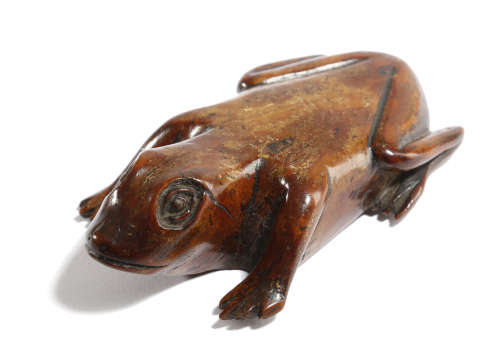 A TREEN FOLK ART FROG SNUFF BOX FIRST HALF 19TH CENTURY with a hinged compartment 10cm long
