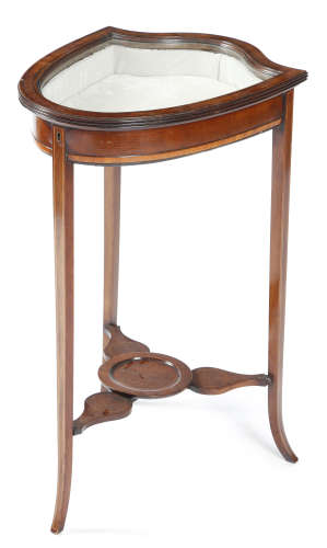 AN EDWARDIAN MAHOGANY SHIELD SHAPE BIJOUTERIE TABLE EARLY 20TH CENTURY inlaid with ebonised and