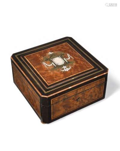 Quadrangular jewelry box with cut sides in burr thuja, brass, mother-of-pearl, bone and blackened pearwood, in frames of nets, crest. Interior lined with blue tabis pads.  Napoleon III period.  (small lacks, small ball feet added) H : 20 L : 20 cm
