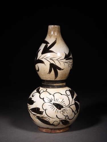 A Chinese Cizhou Kiln Floral Porcelain Gourd-shaped Vase