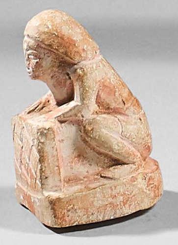 Statuette miniature d'un orant accroupi tenant une…