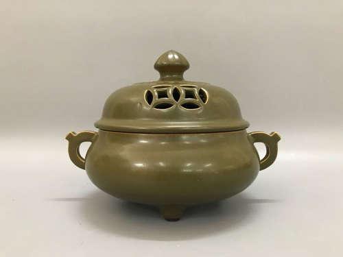 大清乾隆年制款茶叶沫之蟹壳青釉双耳三足带盖香熏炉
