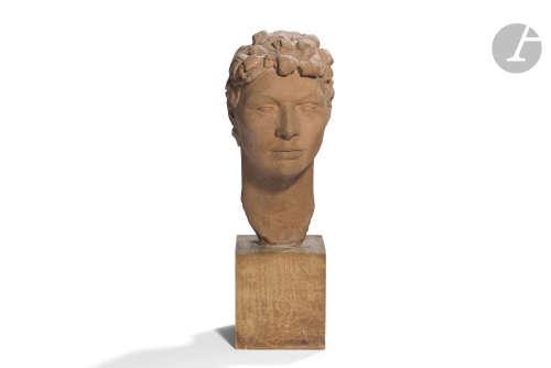 MAGDELEINE TILLEQUIN (1906-2010) Tête de femme, 1936 Portrait sculpté. Épreuve en terre cuite.