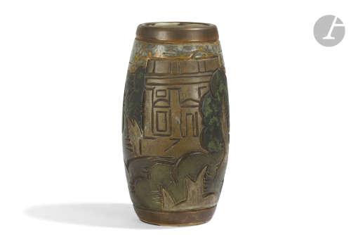 GRÈS MOUGIN NANCY & GOOR (XXe) CONCEPTION DU DÉCOR Paysage cubiste Vase obus. Épreuve en grès