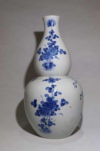青花花卉葫芦瓶 Blue and white flower bottle with gourd