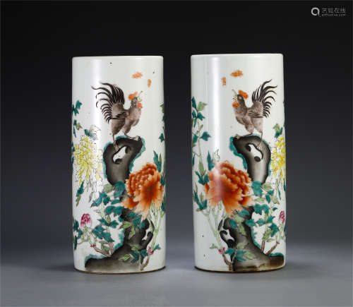 A PAIR OF CHINESE WUCAI PORCELAIN FLOWER ROOSTER BRUSH POT