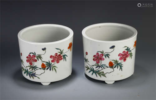 A PAIR OF CHINESE WUCAI FLOWER TRIPLE FEET BRUSH POT